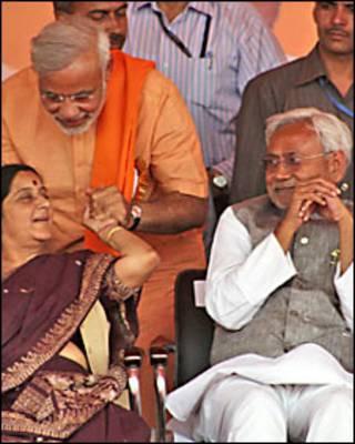 नीतीश कुमार, सुषमा स्वराज के साथ नरेंद्र मोदी