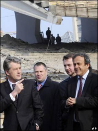 Мишель Платини и Виктор Ющенко осматривают спортивные объекты