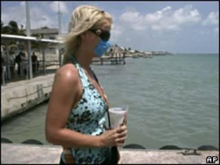 Turista usa máscara em praia de Cancun, no México, no último dia 28 de baril (AP/arquivo)