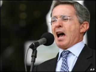 O presidente da Colômbia, Álvaro Uribe, durante pronunciamento em Bogotá (AP, 11/5)
