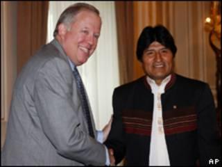 Thomas Shannon (E) e Evo Morales em encontro em La Paz