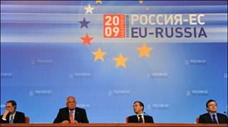 Ông Medvedev (thứ hai từ phải) với các quan chức EU tại hội nghị