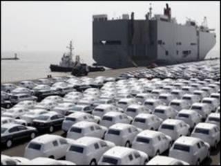 Xe hơi VW mới đợi đưa lên tàu ngoài cảng