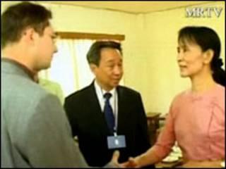 Aung San Suu Kyi (bên phải)