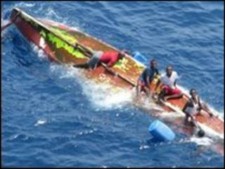 Foto del Ministerio de Defensa de España en la que se ve a un grupo de presuntos piratas en un bote el 6 de mayo de 2009