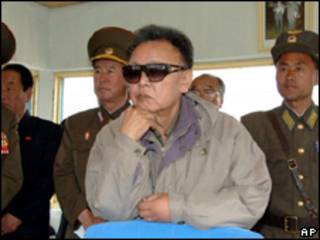 Foto divulgada em 22 de maio pela agência estatal da Coreia do Norte mostra o líder norte-coreano Kim Jong-il (AP/KCNA)