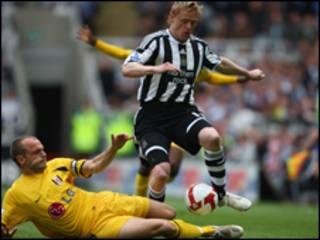 Trung vệ cánh Damien Duff của Newcastle