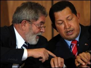 O presidente Luiz Inácio Lula da Silva e seu colega venezuelano, Hugo Chávez, durante encontro no ano passado, em Caracas (Foto: Marcello Casal/Abr)