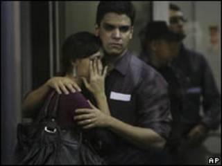 Parentes dos passageiros do Airbus no Aeroporto Internacional Tom Jobim, no Rio de Janeiro (AP)