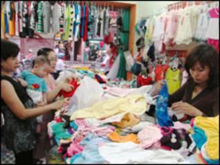 Hàng may mặc của Trung Quốc được bày bán ở khắp nơi
