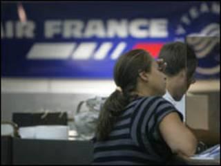 Passageiros fazem check-in no Aeroporto Internacional Tom Jobim, no Rio de Janeiro, na última segunda-feira (AP, 1/6)