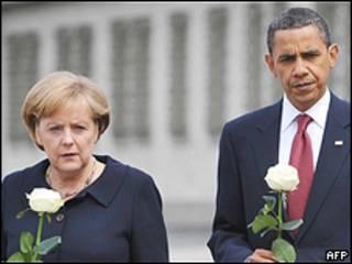 Obama e Merkel carregam rosas brancas ao caminhar por Buchenwald