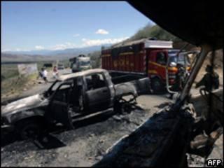 Veículos incendiados em estrada que havia sido bloqueada pelos indígenas (AFP, 5/6)