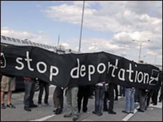 Những người biểu tình mang biểu ngữ 'dừng trục xuất'