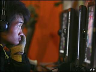 Un joven chino frente a su computadora