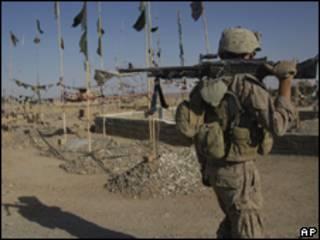 Fuzileiro naval dos EUA faz patrulha no Afeganistão (AP, 10/6)