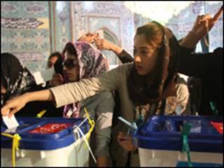 Iranianas votam em mesquita que serve como seção eleitoral (AFP, 12/6)