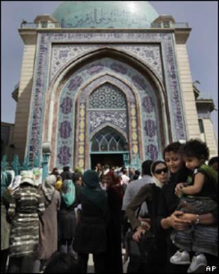 Fila para votação em mesquita no Irã