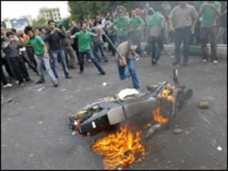 Eleitores da oposição ateam fogo em motocicleta em Teerã