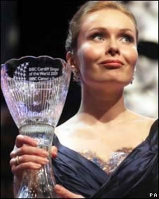 Ca sĩ người Nga, Ekaterina Shcherbachenko, với chiếc cup bằng pha lê