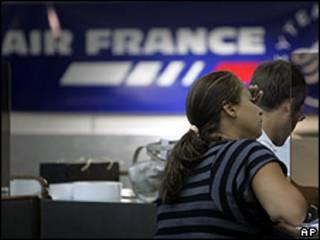 Passageiros no balcão de check-in da Air France no Aeroporto Tom Jobim, no Rio (01/06/2009)
