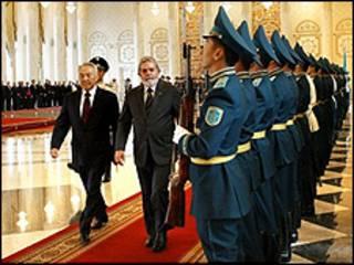Luiz Inácio Lula da Silva e o presidente do Cazaquistão, Nursultan Nazarbayev, passam em revista a tropa durante cerimônia oficial de chegada a Astana Foto: Ricardo Stuckert/PR
