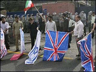 Người Iran đốt cờ Anh để phản đối