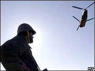 سرباز افغان در نزدیک زندان بگرام