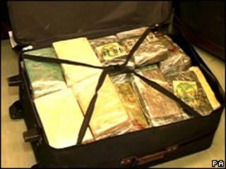 Mala com cocaína apreendida na Inglaterra (foto de arquivo)