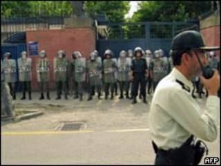 Policiais iranianos em frente à embaixada britânica em Teerã (AFP, 23/6)