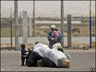 Palestina com filha no colo aguarda abertura da passagem de Rafah em maio