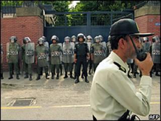 Policía frente a la embajada británica en Teherán