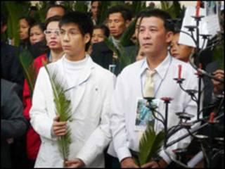 Luật sư Lê Trần Luật (bên tay phải)
