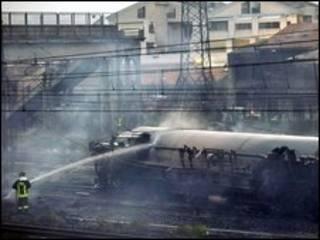 رجال الاطفاء يحمدون النيران في القطار