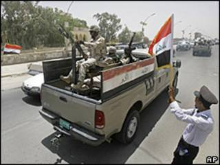 Forças de segurança iraquianas patrulham o centro de Bagdá