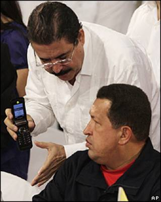 Zelaya entrega um celular a Chávez (arquivo)