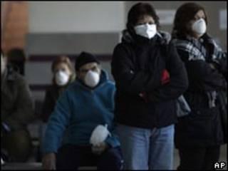 Argentinos usam máscaras em fila de espera de hospital. Foto: AP