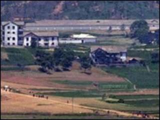 Một khu vực nông nghiệp của Bắc Hàn nhìn từ phía Nam Hàn qua
