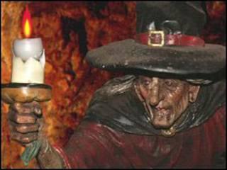 Estátua de bruxa no Wookey Hole (Foto: Divulgação)