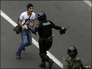 Estudiante es golpeado por la policía en Teherán