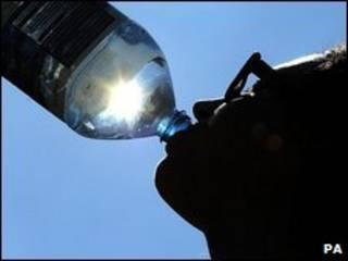 पानी पीता एक व्यक्ति