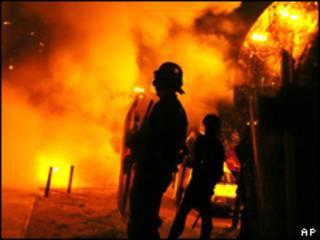 Autos en llamas en los suburbios / Foto de archivo, 2005