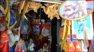 Cửa hàng bán các đồ trang trí chính trị tại Hà Nội