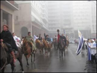 Jinetes uruguayos cabalgan por el centro de Montevideo.