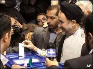 Mohammad Khatami durante eleições em junho (arquivo)