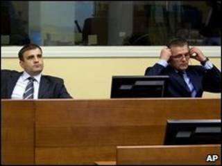 Milan Lukic (esq.) e Sredoje Lukic no Tribunal de Haia