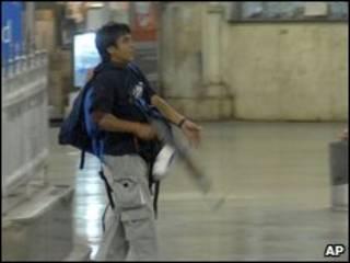 تصویری در زمان حمله که گفته می شود از قصاب است