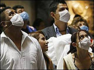 Mexicanos com máscaras (arquivo)