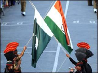 वाघा सीमा पर भारत-पाक झंडे