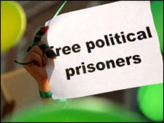 متظاهر يرفع لافتة يطالب فيها بالافراج عن السجناء